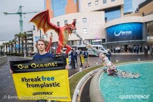 Dragón escupiendo plástico